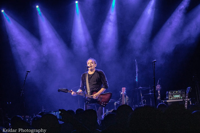 Picture of Izhar Ashdot in concert with photography by Omer Keidar