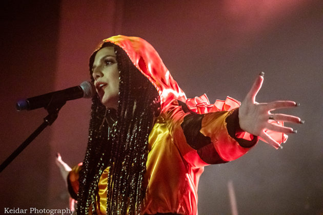 Picture of Naama Cohen in concert with photography by Omer Keidar