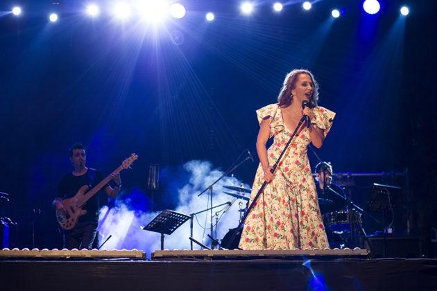 Picture of Seratb Erener in concert by Yusuf Belek