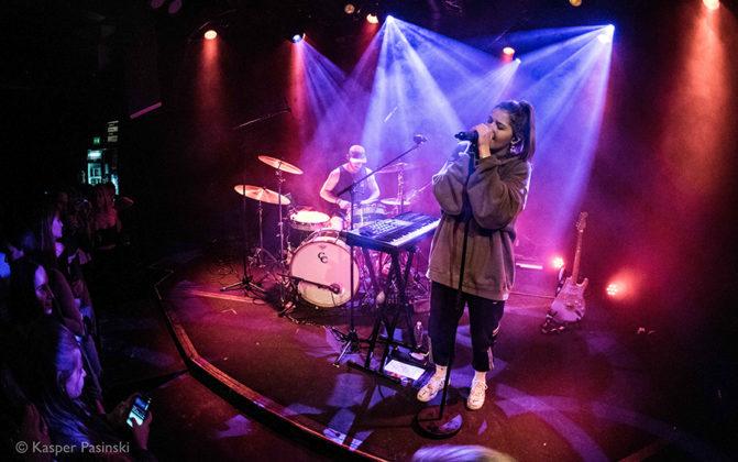 Picture of Chelsea Cutler in concert by Denmark music photographer Kasper Pasinski