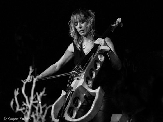 Picture of Jo Quail in concert with classical music photographer Kasper Pasinski
