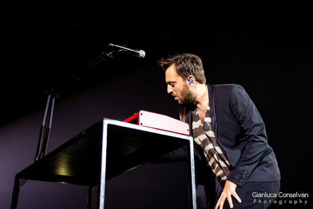 Picture of Cesare Cremonini in concert with gig photography Italy by Gianluca Conselvan