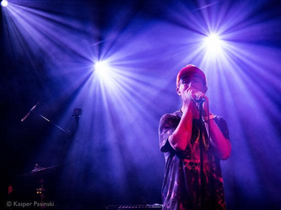 Picture of Rhetorik in concert with photography by Kasper Pasinski