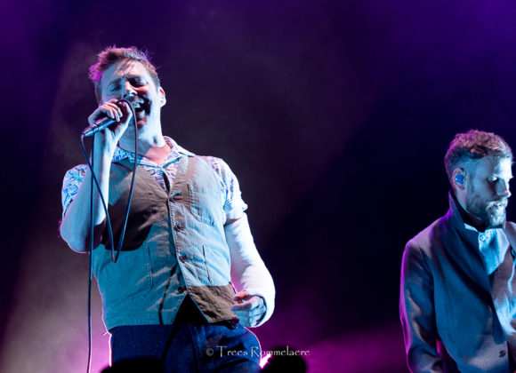 Picture of the Indie rock band Kaiser Chiefs in concert taken by music photographer Trees Rommelaere