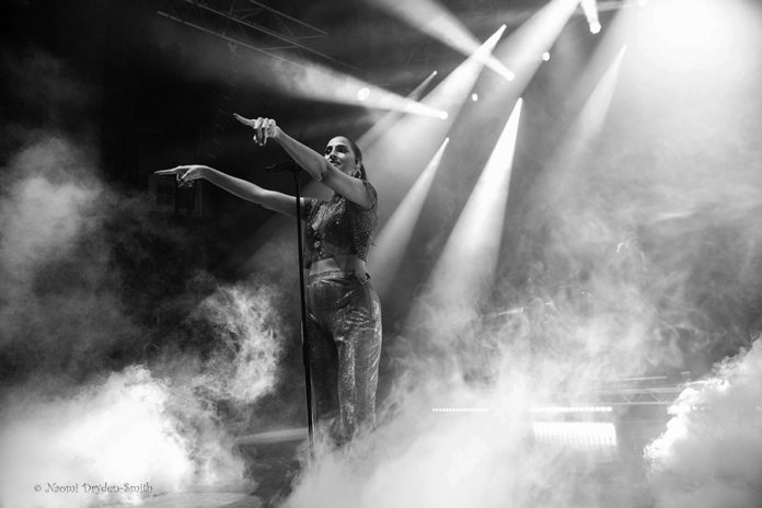 Picture of the singer Snoh Aalegra in concert taken by Naomi Dryden-Smith