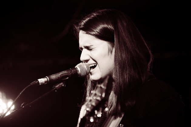 Picture of the singer Luz Corrigan in concert taken by Danni Froto