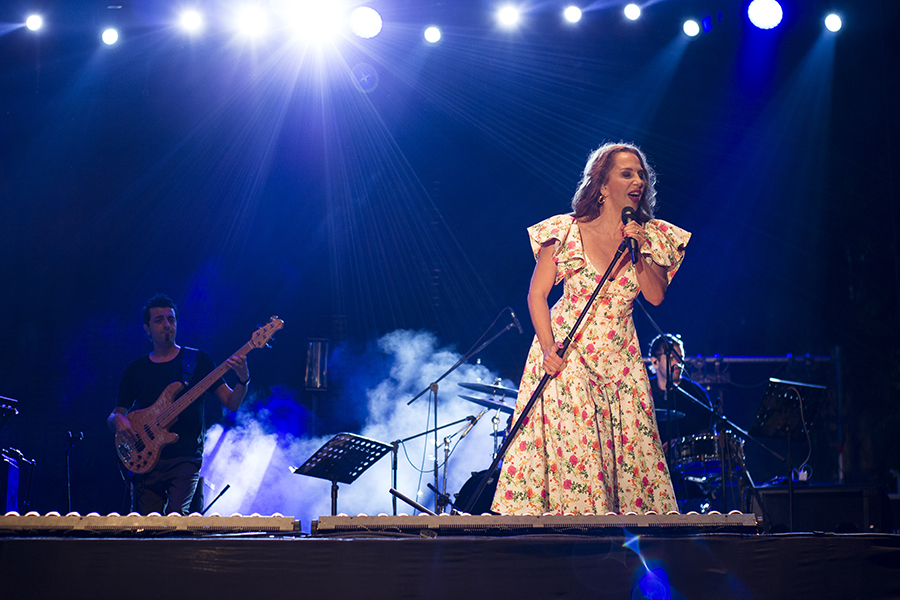 Picture of Seratb Erener in concert by Yusuf Belek